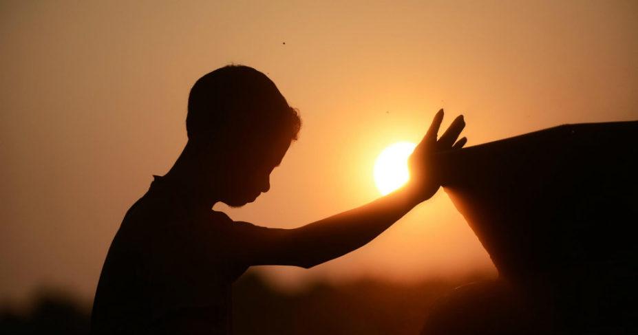 Mit jelent Jézus nevében imádkozni?