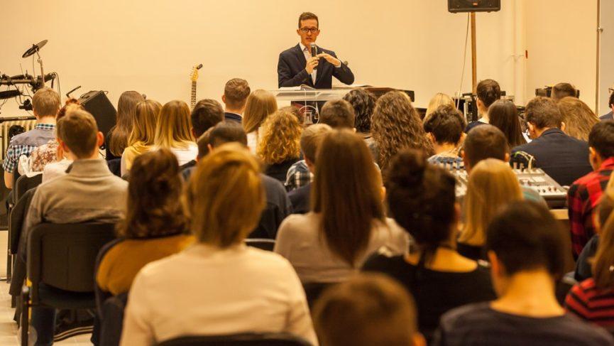 Üveges Bálint: Isten az aki világosságot gyújt a szívünkben - Regionális ifjúsági alkalom