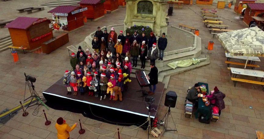 Ünnepi Flash Mob-ok Wing Singers módra